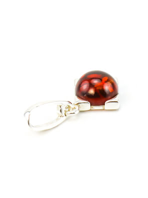Picture of Một mặt dây chuyền bạc nhỏ với anh đào hổ phách