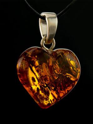Mặt dây chuyền trong hình trái tim từ màu hổ phách lấp lánh tự nhiên của màu cognac - 605407095